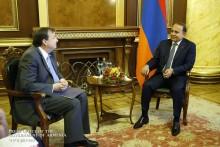 Премьер-министр принял посла США и новоназначенного руководителя армянского офиса АМР США