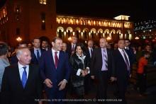 Мэры Еревана и Парижа совершили прогулку по ночному праздничному Еревану
