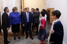 """Yerevan Mayor familiarizes himself with the drawings presented at the first stage of international children's contest """"I draw Petersburg"""""""