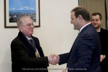 Мэр Тарон Маргарян наградил директора Государственного Эрмитажа Михаила Пиотровского памятной медалью «Аргишти первый»