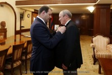 Футболист, мастер спорта СССР Николай Казарян награжден золотой медалью мэра Еревана