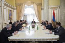 Парламент продолжил работу четырехдневных заседаний