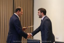 Мэр Тарон Маргарян вручил ключи от новой квартиры оперному солисту Липариту Аветисяну