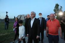 Серж Саргсян в Цицернакаберде воздал дань уважения памяти жертв Геноцида армян