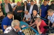 Սերժ Սարգսյանը շախմատ է խաղացել Արաբկիրի  բակերից մեկում