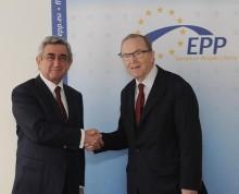 Находящийся с рабочим визитом в Королевстве Бельгии Президент Серж Саргсян сегодня встретился с председателем Европейской народной партии Вильфридом Мартенсом.  Серж Саргсян счел встречу с п