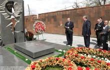 ԱԺ նախագահը Կոմիտասի անվան պանթեոնում հարգեց Կարեն Դեմիրճյանի հիշատակը