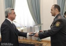 Серж Саргсян присвоил группе сотрудников Полиции РА при Правительстве РА высшие звания и медали Республики Армения